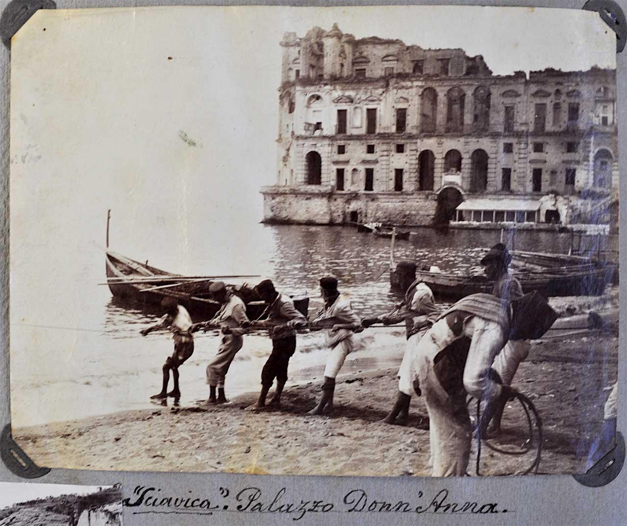 Napoli. Posillipo. Pescatori ritirano le reti sull'arenile, sullo sfondo di Palazzo Donn'Anna, albumina, 1880 ca. dett. (SNSP, Album D'Amato)