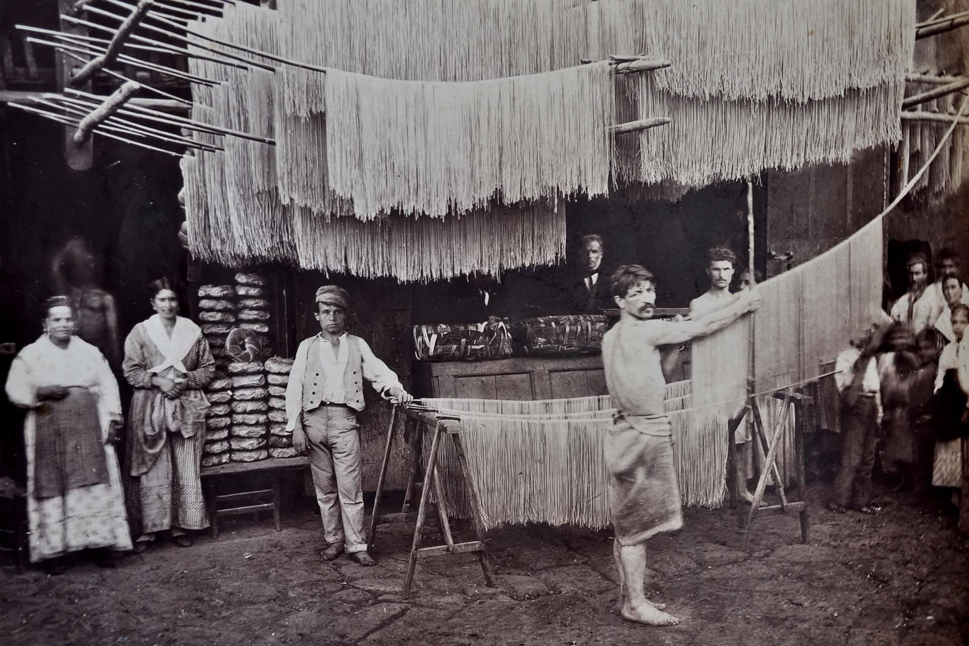 Napoli. Fabbrica di maccheroni. Essiccatoi all'aperto, albumina, 1880 ca. (SNSP, Album D'Amato)
