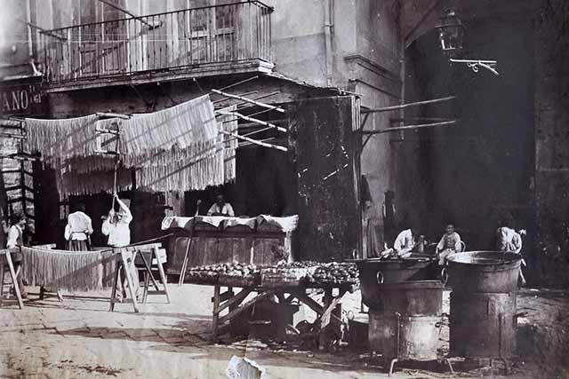 Napoli. Vendita di maccheroni essiccati all'aperto, albumina, 1880 ca. (SNSP, Album D'Amato)