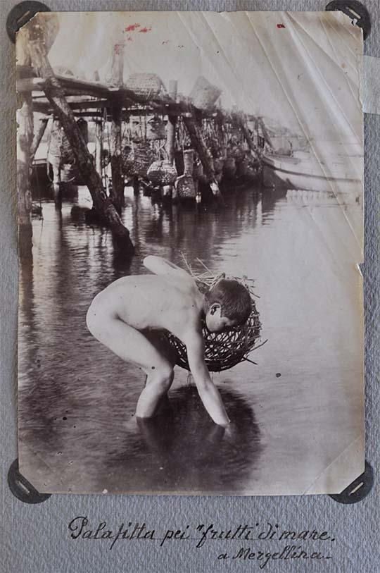 Napoli. Mergellina. Palafitte per l'allevamento di frutti di mare con giovane pescatore di telline in primo piano, albumina, 1880 ca. (SNSP, Album D'Amato)