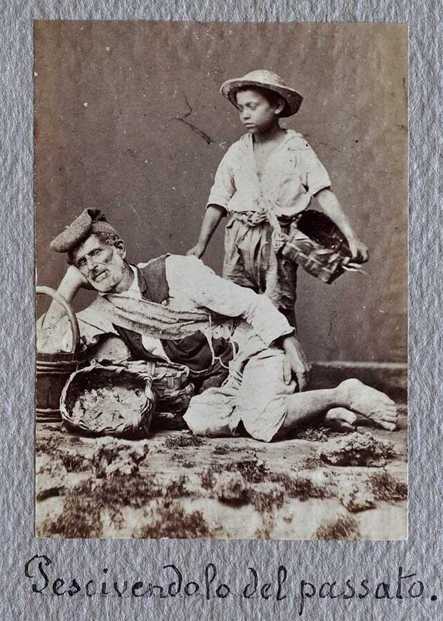 Napoli. Un anziano pescatore e un bambino posano con ceste per la pesca, albumina, 1880 ca. (SNSP, Album D'Amato)